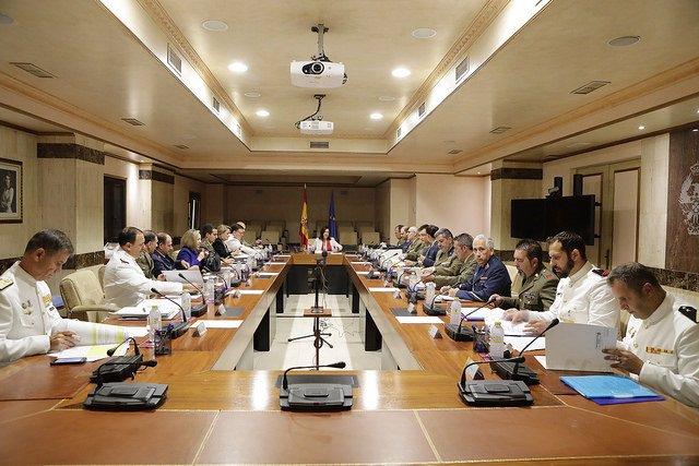 La ministra de Defensa, Margarita Robles, con las asociaciones de militares