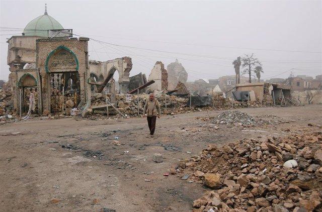 Un hombre junto a la antigua Gran Mezquita al Nuri en Mosul