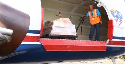 Un primer avión con ayuda humanitaria llega a Venezuela procedente de Puerto Rico