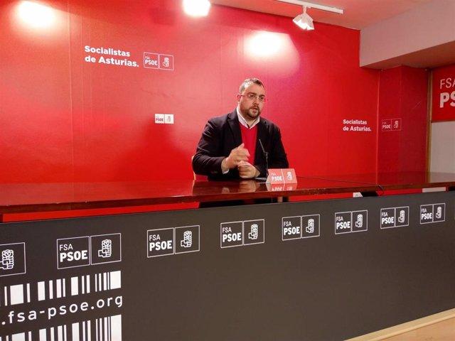 El secretario general de la FSA-PSOE, Adrián Barbón, en rueda de prensa
