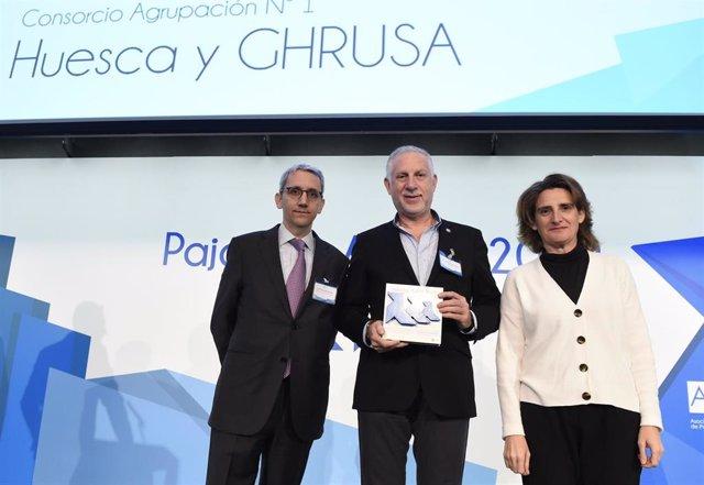Fernando Gállego ha recogido el premio de ASPAPEL de manos de la ministra
