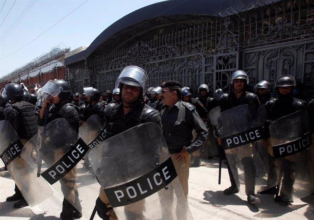 Policía desplegada ante las protestas contra la unificación de las FATA y Jíber