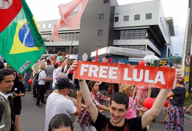 Supporters of the leftist Worker Party (PT) and BrazilÕs former President Luiz I