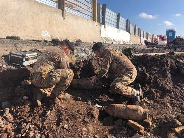 Artificieros en el aeropuerto de Ciampino tras ser halladas bombas de la Segunda