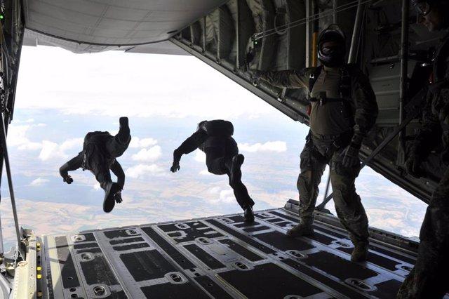 Soldados españoles paracaidistas, tropas españolas