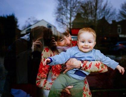 El envejecimiento saludable y la implicación de la abuela con los nietos benefician a varias generaciones
