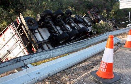 Mor el conductor d'un vehicle articulat en caure pel voral a la C-12 a Benifallet