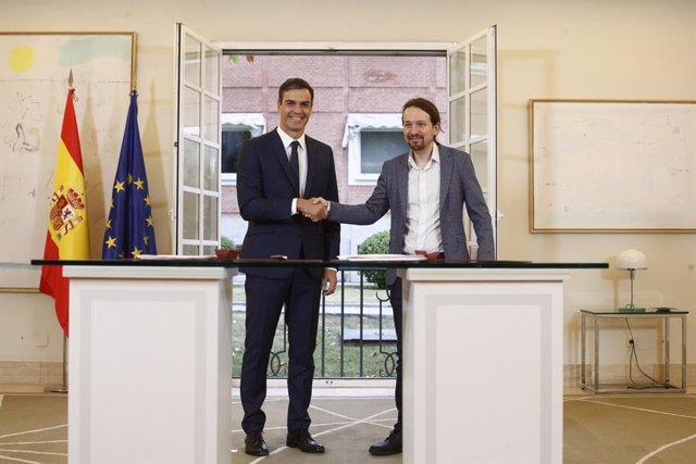 El president del Govern, Pedro Sánchez, signatura amb el secretari general de Po