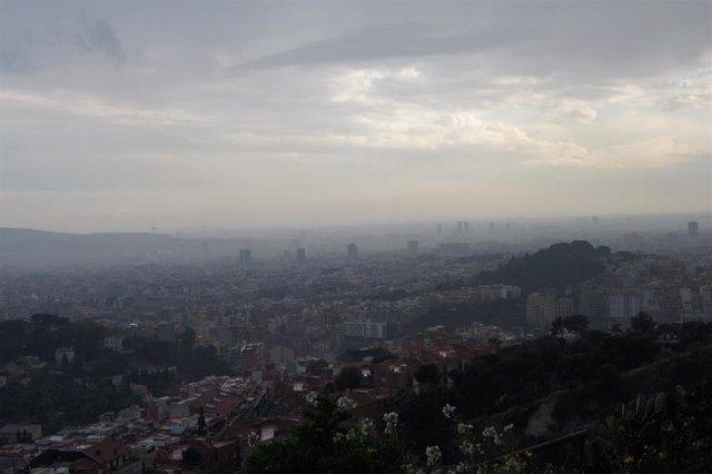 Vista aérea de Barcelona con contaminación