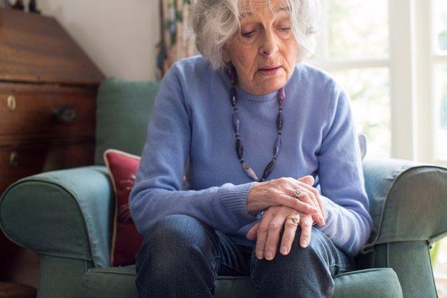 Mujer mayor con Parkinson