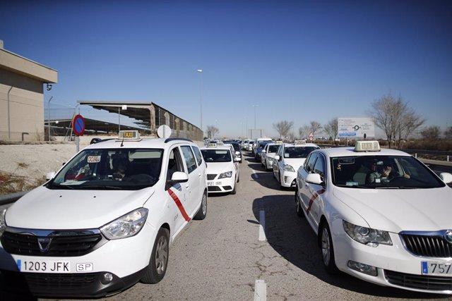 Referéndum de taxistas en el aeropuerto Adolfo Suárez Madrid-Barajas para decidi