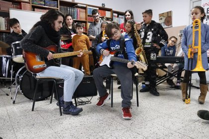 Els alumnes dels barris de l'Est de Girona es converteixen en músics de la Black Music Big Band Junior