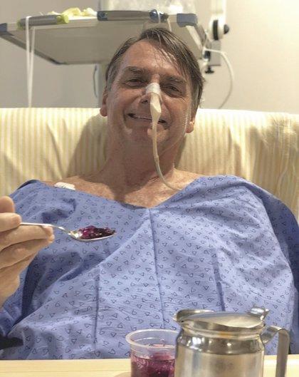 Bolsonaro vuelve a comer tras la última operación por la puñalada recibida en campaña electoral