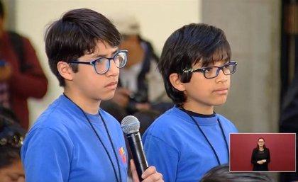 Dos niños de 12 años se vuelven virales en redes durante una rueda de prensa de López Obrador