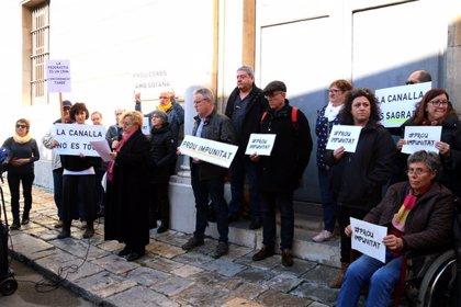 """Un centenar de persones protesten contra la """"impunitat"""" dels abusos sexuals de l'església a Tarragona"""