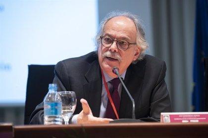 El jurista venezolano Brewer-Carías defiende en la UMU la Constitución de su país y la necesidad de aplicarla