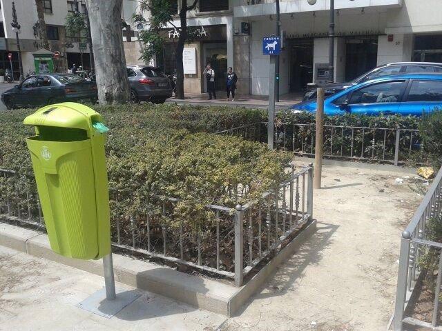 Llegan a todos los barrios de València las papeleras verdes con dispensador de bolsas para los excrementos caninos