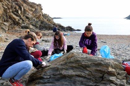 Una setantena de persones participen en la neteja de xapapote de deu quilòmetres de costa del Cap de Creus