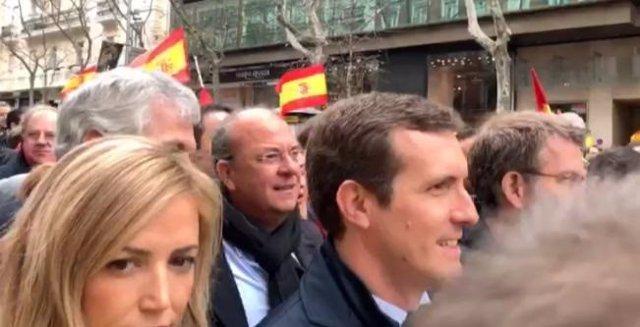 Monago, junto a Casado, en la concentración en Madrid