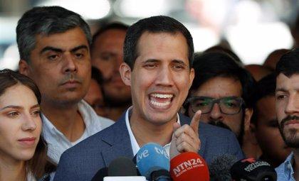 """Guaidó llama """"genocida"""" a Maduro y pide al Ejército que """"deje de hacer el ridículo"""" bloqueando la ayuda"""