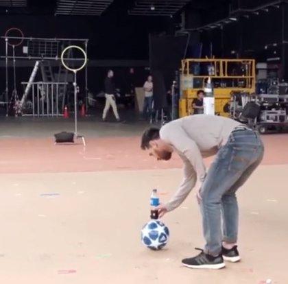 """El espectacular vídeo de Messi haciendo el """"reto de la botella"""" se viraliza en redes"""