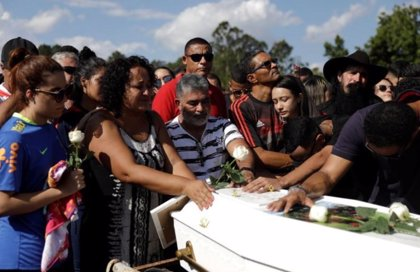 Las familias comienzan a enterrar a las víctimas del incendio de Flamengo