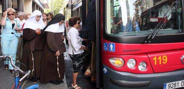 Pasajeros subiendo a un autobús urbano