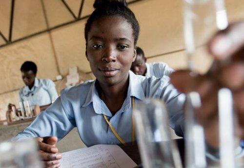 Alumna africana en un laboratorio