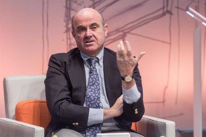"""Guindos dice que la desaceleración de la eurozona invita a actuar """"con mayor prudencia"""" en política monetaria"""
