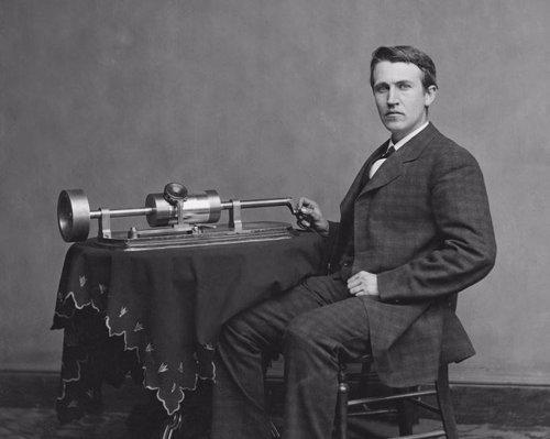Thomas Alva Edison junto al fonógrafo (1878).