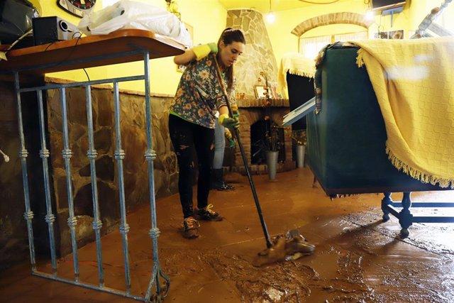 Vecina Campillos limpieza enseres casas inundaciones riada barro lodo