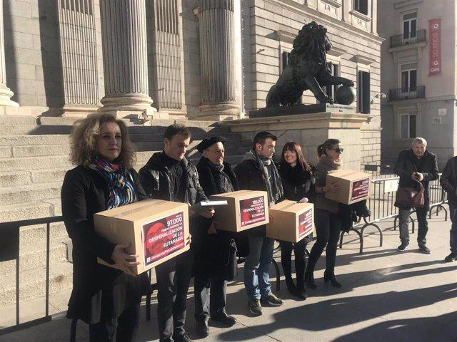 Dos familias entregan más de 266.000 firmas para pedir al Congreso despenalizar