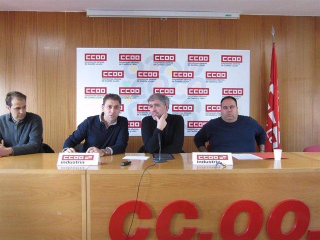 Unai Sordo, en el centro, junto a responsables de Industria y Renault en Vallado