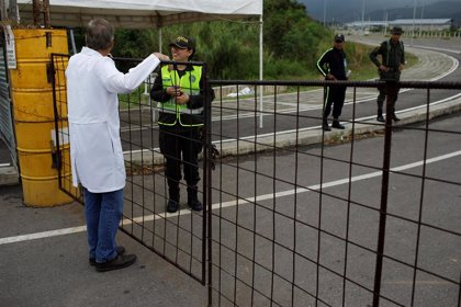 Decenas de médicos venezolanos se manifiestan para que llegue la ayuda humanitaria a los hospitales