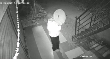 Un ladrón trata de burlar una cámara de videovigilancia con una sartén y falla estrepitosamente