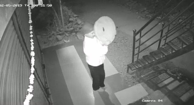 Un ladrón trata de burlar una cámara de videovigilancia con una sartén y falla e