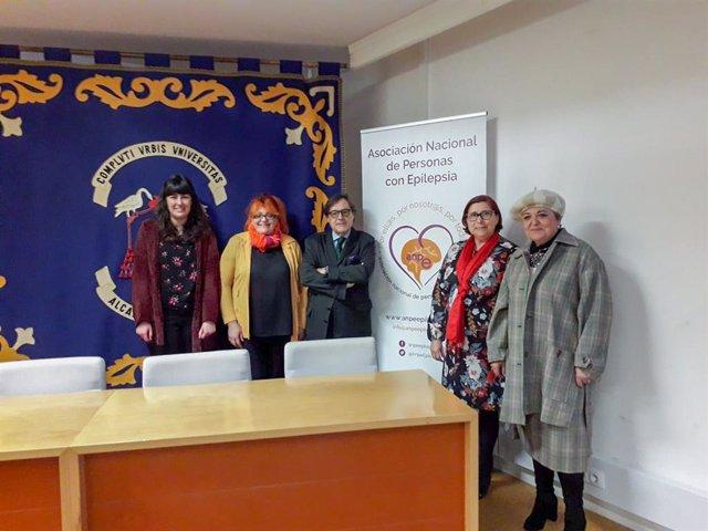 Dra. Juana Sánchez (2 dcha) junto a ponentes y organizadores Jornada Epilepsia