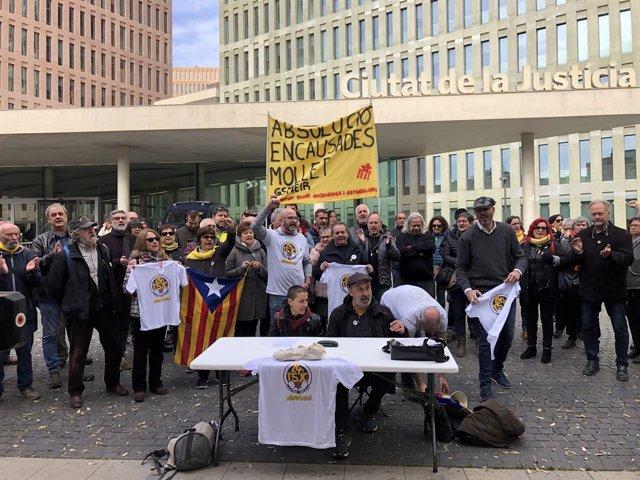 Concentració dels investigats per les protestes davant del TSJC / Ciutat de la J