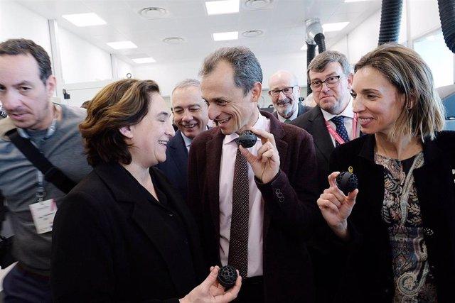 Colau, Duque i Chacón, durant la inauguració de la incubadora 3D del CZFB