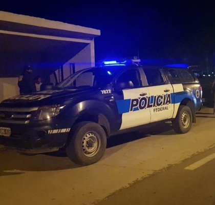 Un ladrón se baja de un coche patrulla para ayudar a empujarlo por un fallo mecánico, en Argentina