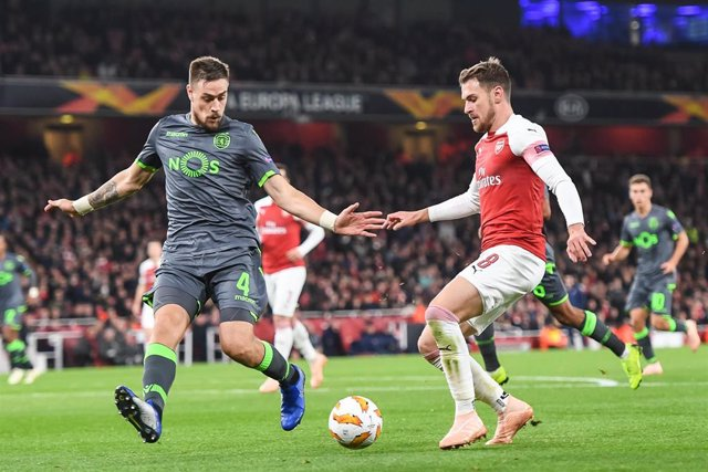Ramsey intenta regatear a Coates en un Arsenal-Sporting de Portugal