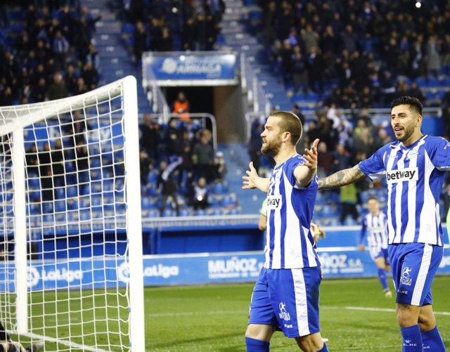 Víctor Laguardia celebra su gol junto a Maripán