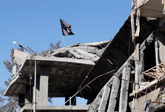 Bandera de Estado Islámico en Raqqa