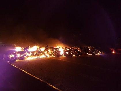 Els CDR tallen l'AP-7 a Sant Celoni en sentit sud cremant pneumàtics