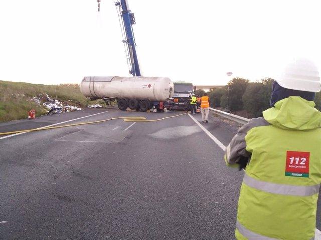 Camión accidentado en Bonares (Huelva) que ha provocado el corte de la A49