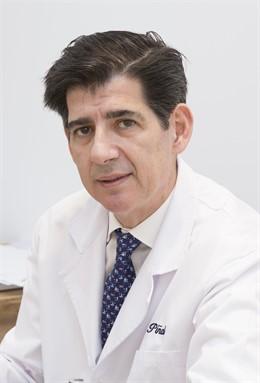 El doctor Piñal del Hospital La Luz realiza su trasplante de dedos de pie a mano