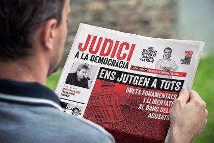 """Òmnium reparte 12.000 diarios en Catalunya para lamentar la """"vulneración de derechos"""""""