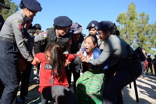 La Policía arresta a activistas karen en una protesta contra la estatua del gene