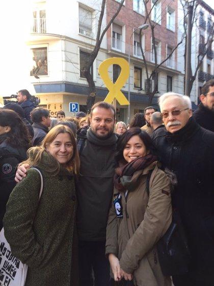 Un diputat de Podem i la regidora de Carmena se sumen a la concentració a favor dels presos independentistes
