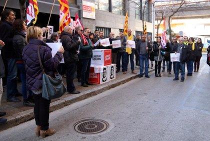 """JUDICI 1-O:Una cinquantena de persones es concentren davant les seus d'UGT i CCOO a Girona per exigir un """"judici just"""""""